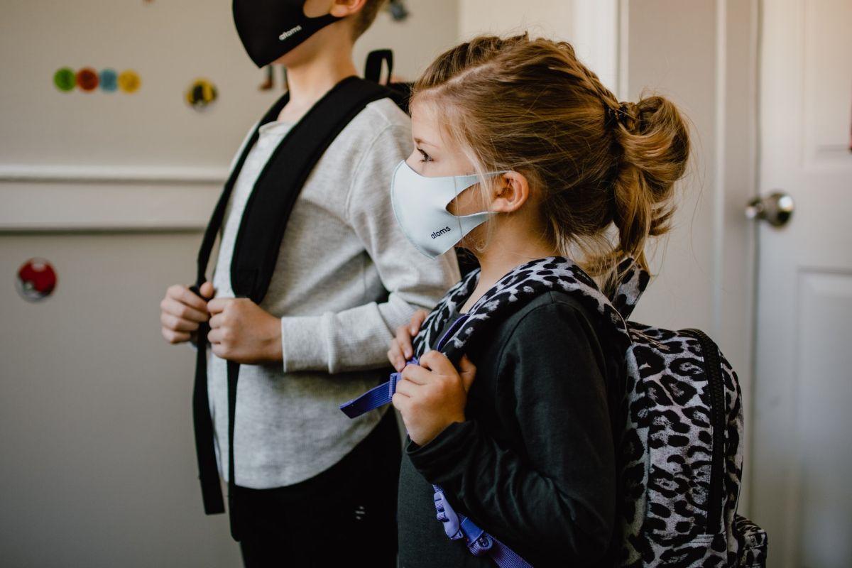 Elevul prezinta simptome de infectare cu COVID sau a fost contact direct. Ce trebuie sa faca scoala si parintii?