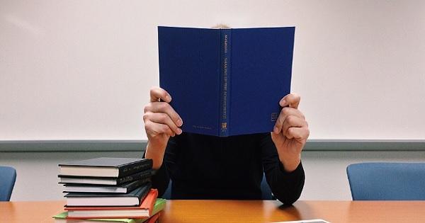 Poezie controversata intr-un manual de liceu. Liviu Pop: