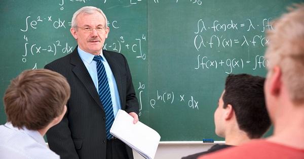 Ies profesorii la pensie cu trei ani mai devreme?