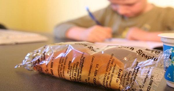 Guvernul aloca 1,6 lei pe zi pentru elevi pentru lapte, corn si fructe