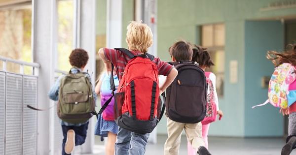 Este oficial: elevii stau mai putin la scoala. Iohannis a promulgat legea care reduce numarul de ore