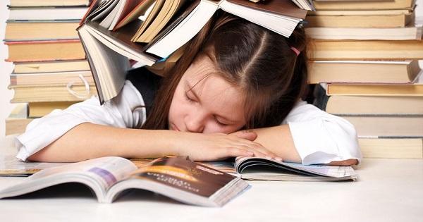 Somnul elevilor. 10 sfaturi pentru reglarea programului de odihna