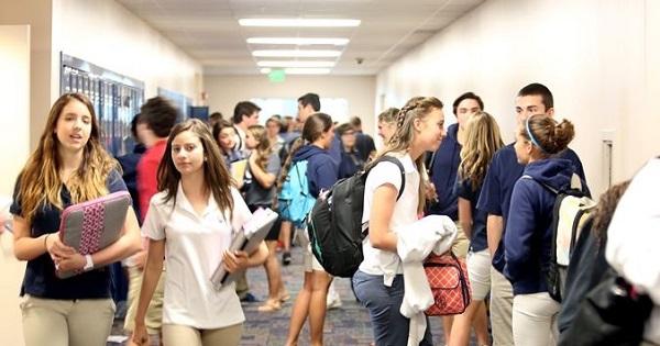 Rezultatele dezbaterii despre schimbarea planului-cadru pentru liceu. Mai multe ore de limbi straine, TIC si sport