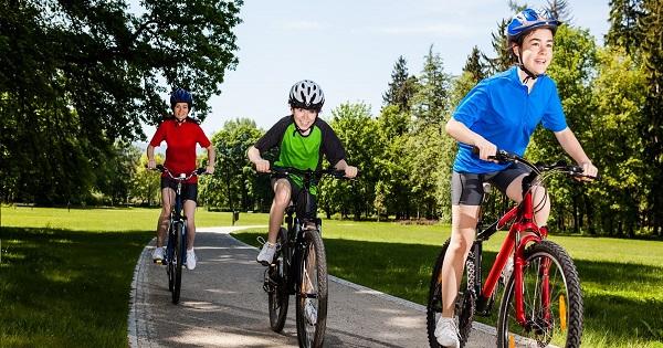 Copiii mai mici de 14 ani NU au voie cu bicicleta pe sosea. Regulile pe care trebuie sa le stie