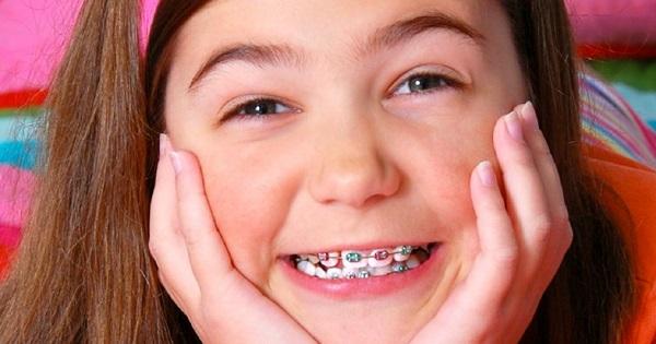 Elevii primesc vouchere de 1.100 de lei, bani pentru aparate dentare. Proiectul, deja aprobat