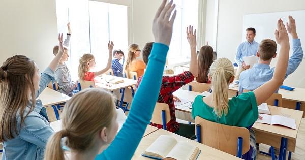 Burse elevi. Consiliile locale, obligate sa dea burse elevilor. Legea, promulgata deja de Presedinte