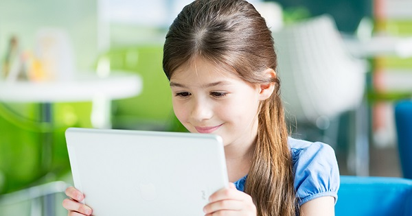 Ecaterina Andronescu anunta ca elevii vor primi tablete, pentru a le usura ghiozdanele