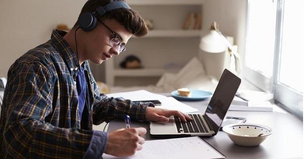 Parlamentul a modificat Legea Educatiei: se poate organiza invatamantul online. Guvernul spune ca are deja pregatita o Ordonanta de Urgenta