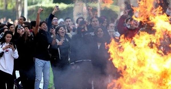 Elevii din Franta ies in strada si blocheaza scolile. Violente si gaze lacrimogene