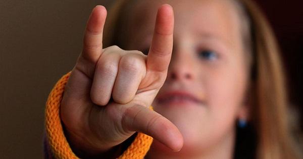 Proiect de lege pentru limbajul semnelor in scoli: Ministerul Educatiei va fi obligat sa le asigure copiilor cu deficiente de auz predarea si examinarea in Limba Semnelor Romane
