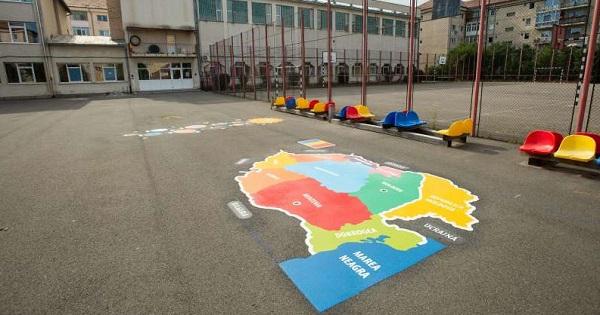 Jocuri Playform in curtea scolii, care ii conving pe elevi sa lase telefoanele si sa se joace afara