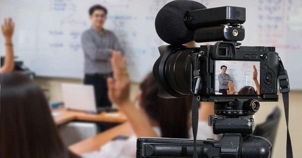Profesorii care refuza sa predea online risca desfacerea contractului de munca, anunta Inspectoratul Scolar al Municipiului Bucuresti