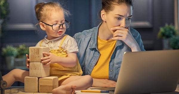 Profesorii care sunt parinti au dreptul la zile libere platite? Mai trebuie sa participe la scoala online? Raspunsul specialistului