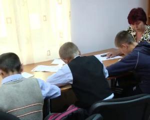 ONG-ul care ii incurajeaza pe elevii saraci sa nu abandoneze scoala