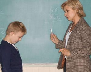 """Abuzul emotional asupra copiilor, inca folosit ca un instrument """"educational"""" in scolile romanesti. Parerea psihologului"""