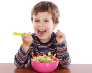 5 alimente complet interzise pentru elevi