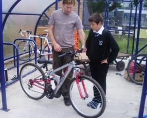 57 de elevi cu rezultate bune la invatatura au primit biciclete cadou de la Chevron