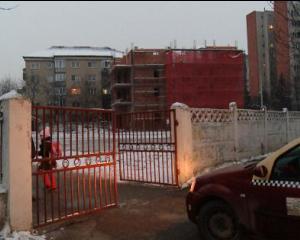 Un bloc a primit autorizatie de constructie in curtea unei scoli. Ce se intampla cu elevii