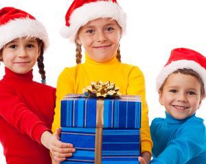 Copiii de la peste 50 de scoli si gradinite ofera daruri celor nevoiasi