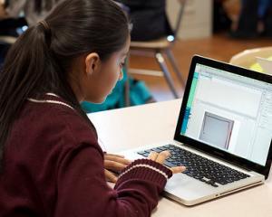 Programul Euro 200 continua si in 2015: Guvernul ofera sprijin financiar elevilor pentru achizitia de calculatoare
