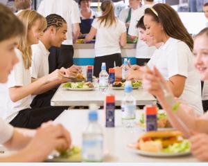Toate cantinele scolare din Arges vor fi verificate dupa ce zeci de elevi au ajuns la spital cu toxiinfectii alimentare