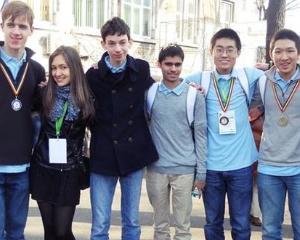 Elevi din 20 de tari participa la concursul de matematica si informatica din Romania