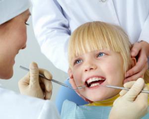 Guvernul a adoptat proiectul care prevede 2 consultatii stomatologice gratuite pe an pentru copii