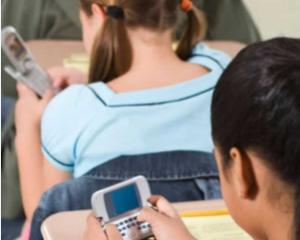 Internetul si televizorul influenteaza negativ copiii. Cat timp petrece zilnic un elev in mediul online
