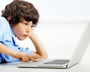 Copilul sta la calculator peste 4 ore zilnic? Ce amenzi risca parintii