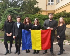 Echipa de elevi a Romaniei participa la Campionatul Mondial de Dezbateri din Singapore
