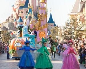 Cei mai buni elevi din Slatina, premiati cu excursii la Disneyland Paris