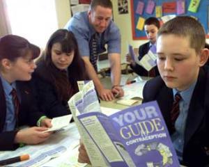 ONU recomanda cursuri de educatie sexuala in scoli, incepand de la varsta de 12 ani