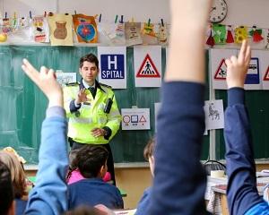 35% dintre copiii de clasa a III-a nu stiu cum arata un politist
