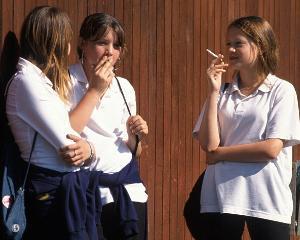 Elevi amendati pentru ca fumau in curtea scolii. Profesorii unde pot fuma?