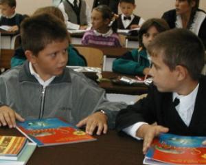 Elevii din invatamantul primar se intorc luni la scoala