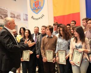 Premii mai mari pentru elevii olimpici din Romania in 2013