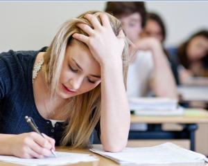Peste 40.000 de profesori dau miercuri examenul de titularizare