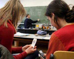 Elevii nu mai au voie cu telefonul mobil la scoala: alte reguli stricte pentru noul an scolar