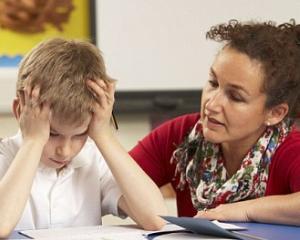 Elevii parcurg programa scolara cu ajutorul fiselor de lucru, in lipsa manualelor scolare