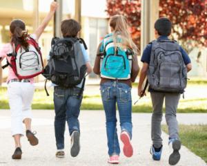Sanatatea copiilor este afectata zilnic de greutatea ghiozdanului