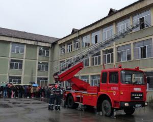 Exercitiile de evacuare in caz de incendiu ar trebui efectute periodic in toate scolile