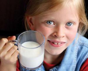 11 elevi au ajuns la spital dupa ce au consumat laptele si cornul primite la scoala