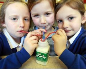 Zeci de elevi au ajuns la spital dupa ce au consumat laptele primit gratuit la scoala