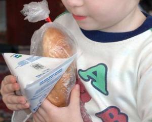 Elevii din Arad au primit peste 32.000 de cutii de lapte stricat. Ce masuri au fost luate