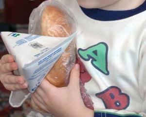 Lapte si cornuri expirate in scoli. 13 elevi au ajuns la spital