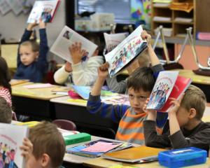 Nereguli la licitatia manualelor de clasa a IV-a: ministrul Educatiei analizeaza raportul