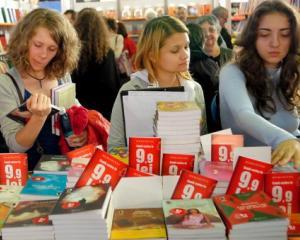 Parintii elevilor de clasa I si a II-a cauta abecedarul auxiliar perfect, in lipsa manualelor de la minister