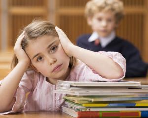 Noile manuale scolare vor ajunge pe bancile elevilor de Craciun