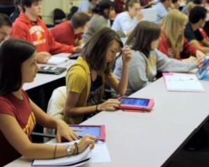 Manualele digitale vor ajunge in scoli cu intarziere