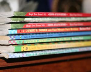 Manualele gratuite pentru clasele a XI-a si a XII-a au sanse sa ajunga in septembrie in scoli